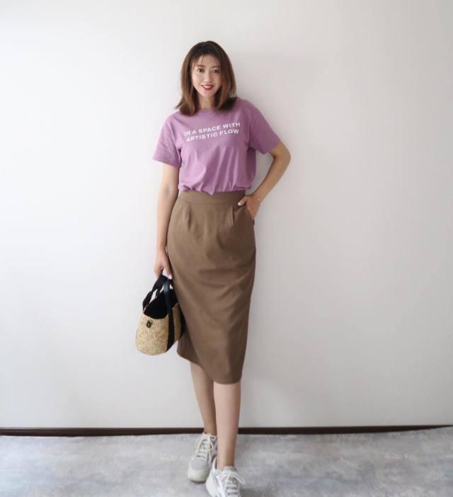 パープルのロゴTシャツにブラウンのタイトスカートを合わせたシンプルコーデ