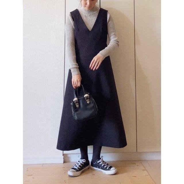 黒のジャンパースカートに黒のローカットスニーカーを合わせたミックスコーデ