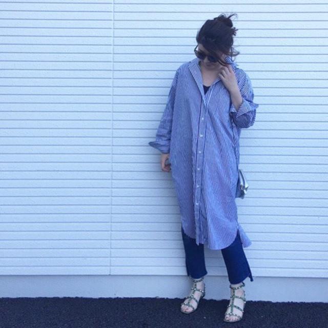インディゴデニムに合うくすみブルーのロングシャツコーデ