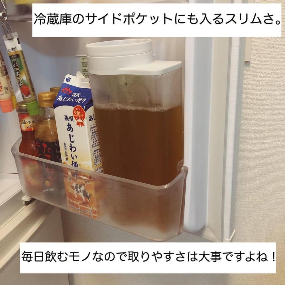 無印良品のアクリル冷水筒2Lを冷蔵庫に入れている写真