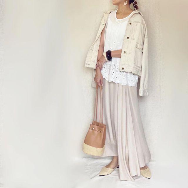 ホワイトデニムジャケットにベージュのフレアスカートを合わせたコーデ