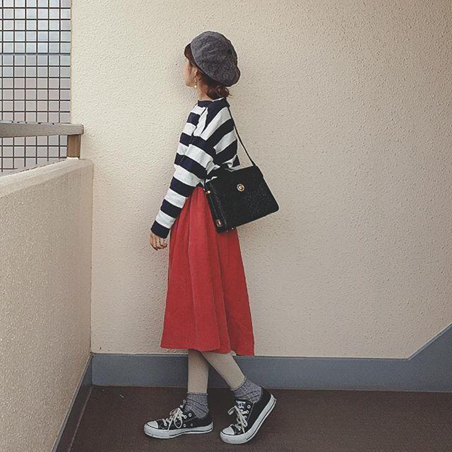 白タイツにグレーの靴下を重ね履きしたコーデ