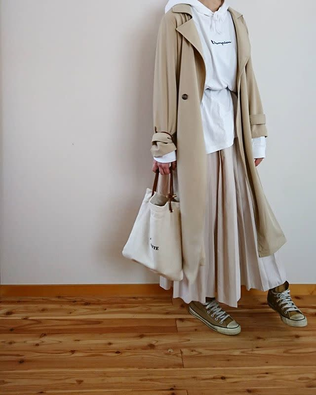 ベージュのプリーツスカートに似合うトレンチコートコーデ