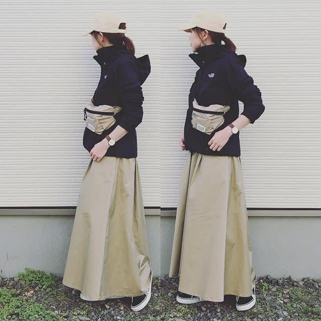 ベージュフレアスカートと黒パーカーのコーデ