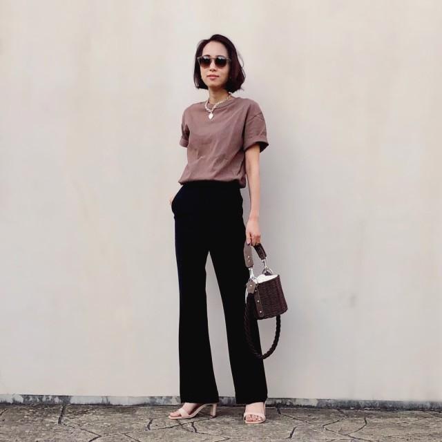 ブラウンのTシャツとブラックのパンツを着用した女性
