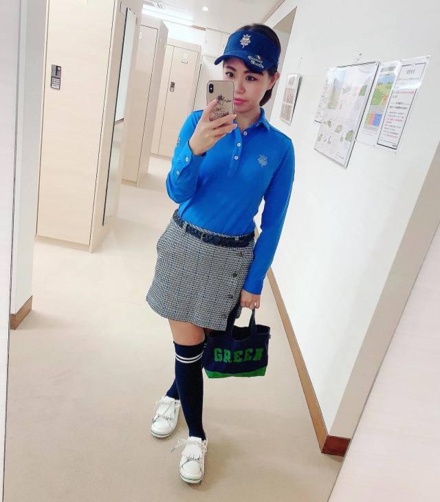 ブルーのポロシャツに格子柄ミニスカートを合わせたゴルフウェアコーデ