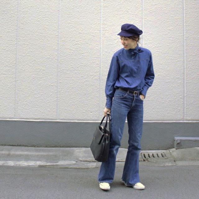 ブルーデニムシャツにブルーデニムパンツと白スニーカーを合わせたコーデ