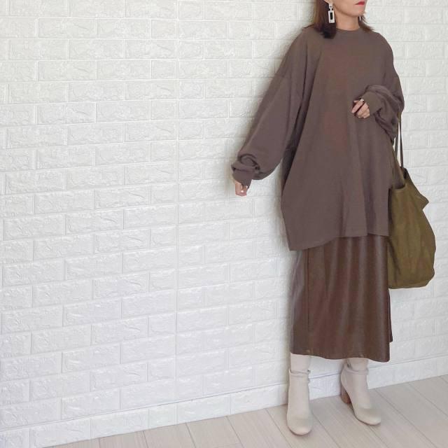 ブラウンのゆるっとニットとスカートと着用した女性