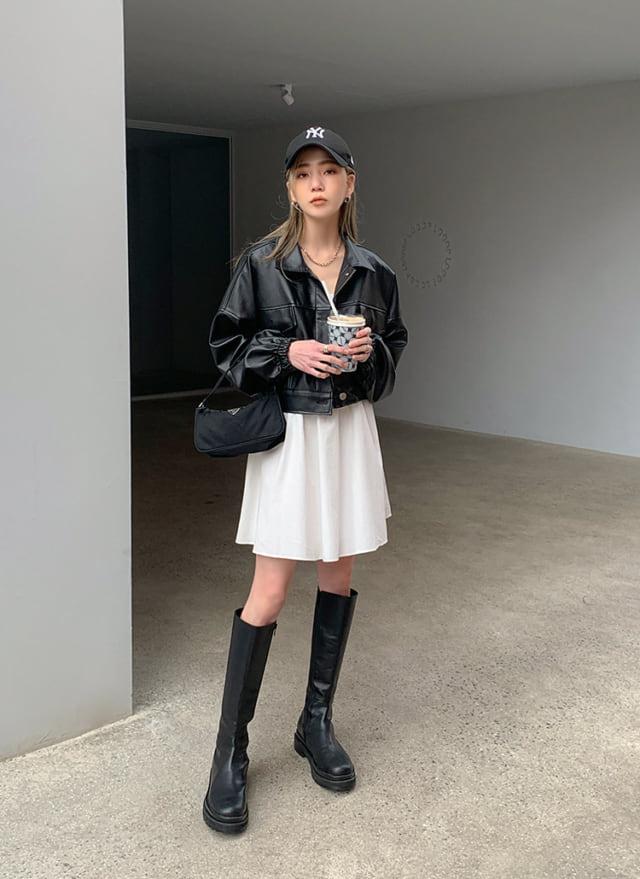 ブラックレザージャケットとホワイトスカートのコーデ