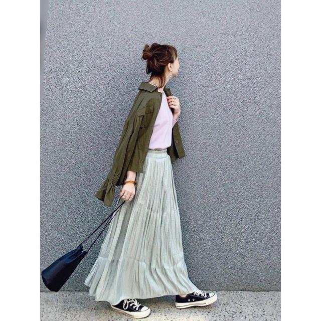 サテンスカートのコーデ例
