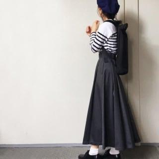 白のプルオーバーと黒のロングスカートのコーデ