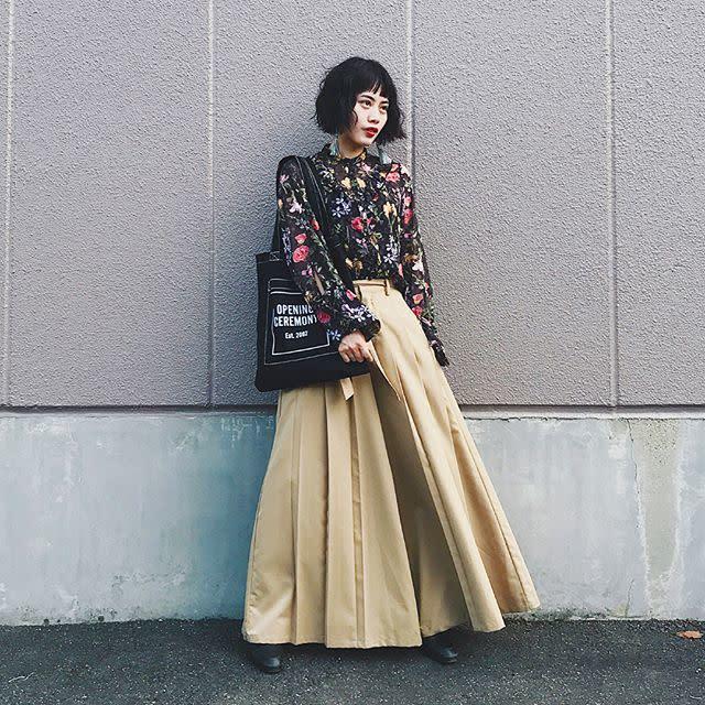 花柄シャツとベージュワイドプリーツスカートと革靴のコーデ