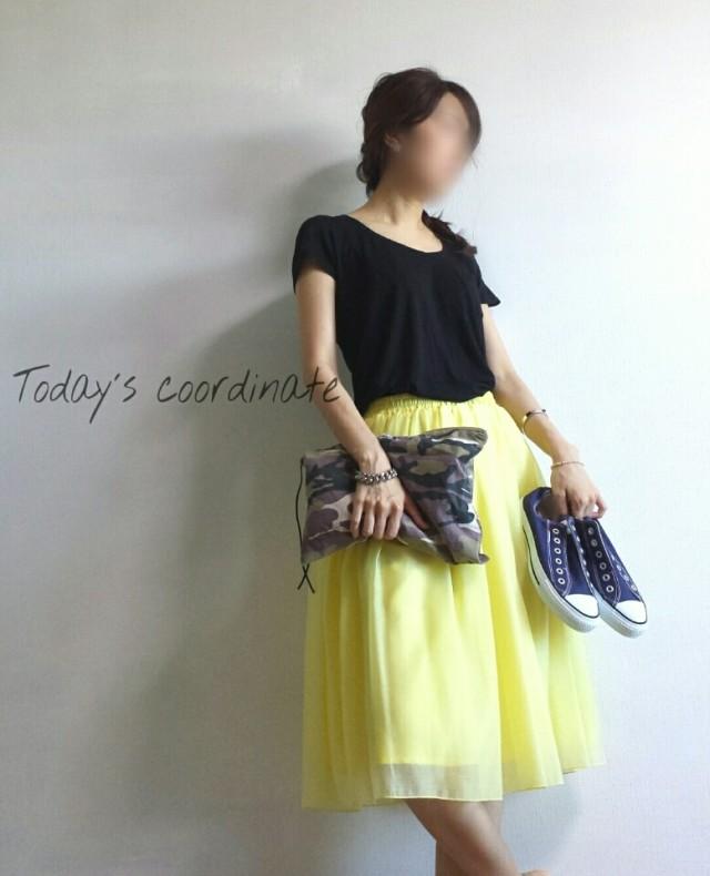 黒のプルオーバーとイエローのスカートのコーデ