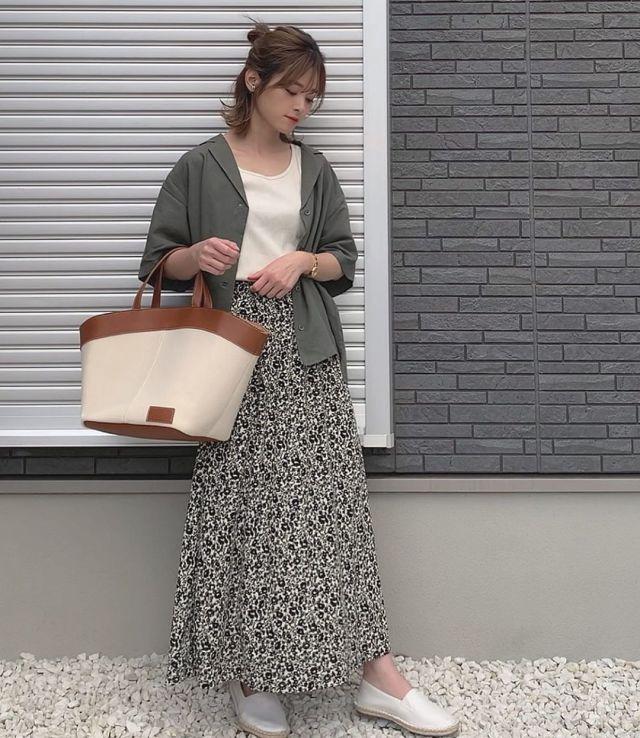 UNIQLOの白リブタンクトップに花柄スカートを合わせたコーデ