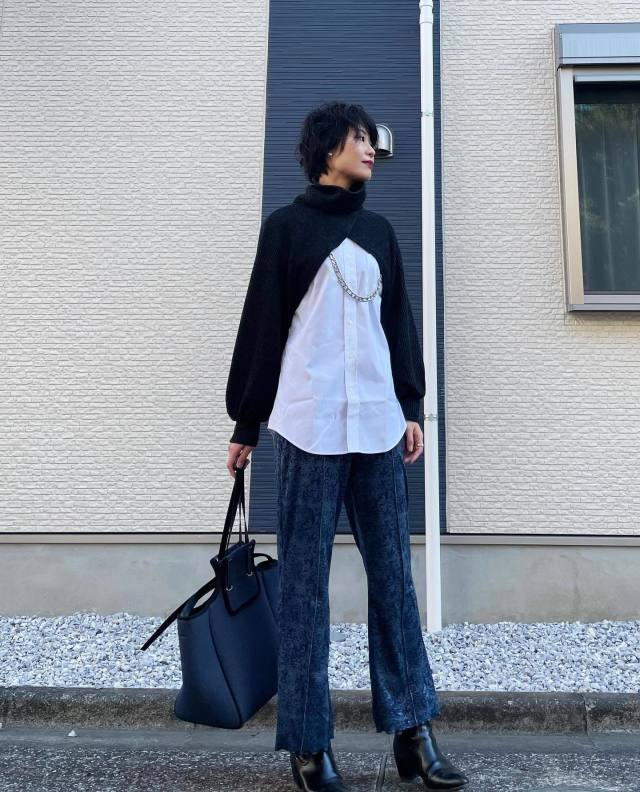 ブラックタートルネックボレロとホワイトシャツのコーデ