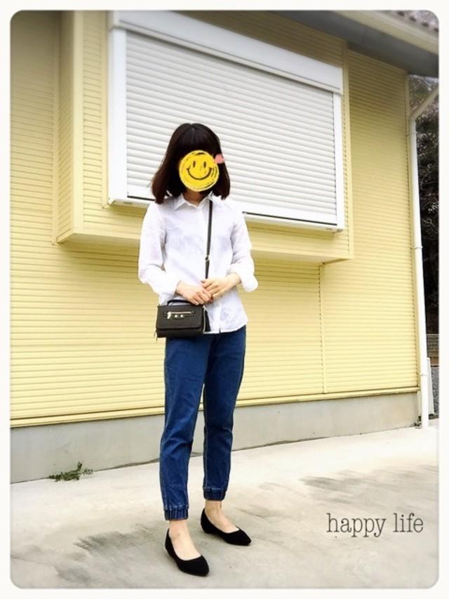 ホワイトリネンシャツとデニムパンツのコーデ