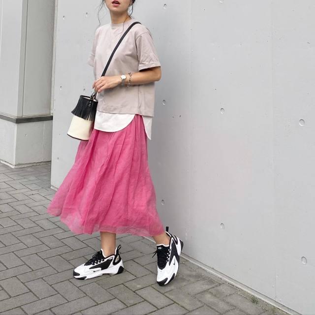 ベージュのプルオーバーとピンクのロングスカートのコーデ