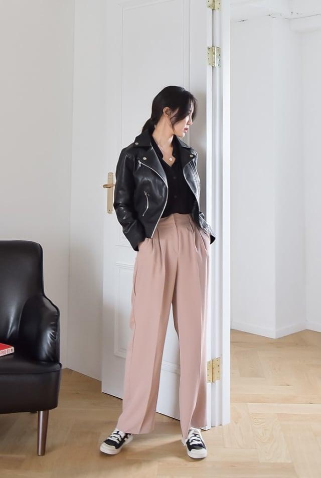 ブラックライダースジャケットとピンクパンツのコーデ
