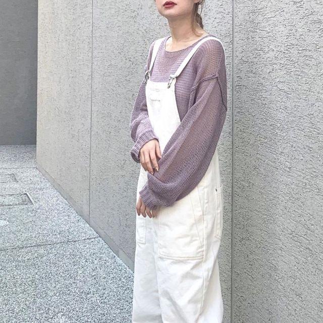 白サロペットを着ている女性