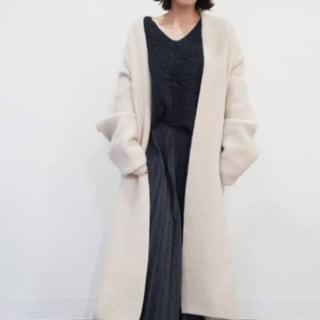 白のコートとブラックのスカートを着用した女性