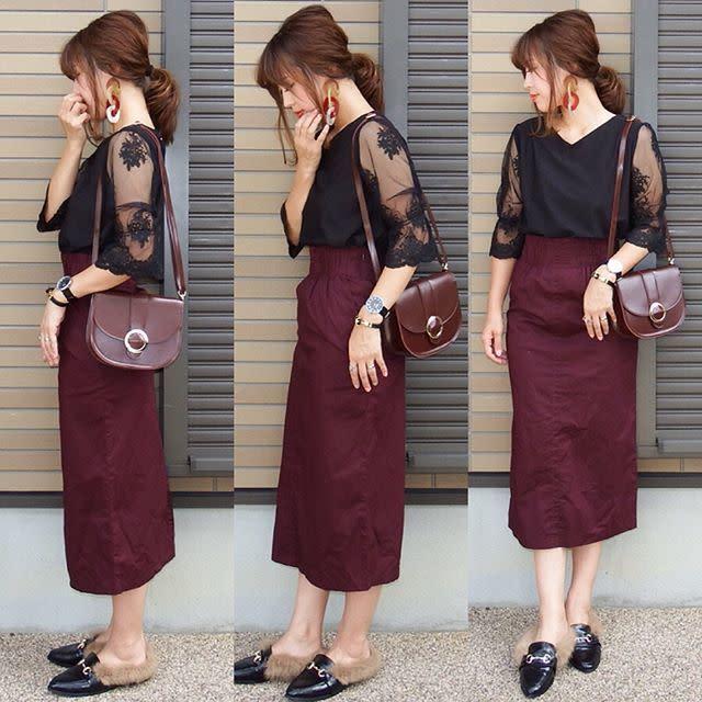黒のシースルーシャツとワインレッドのペンシルスカートのコーディネート