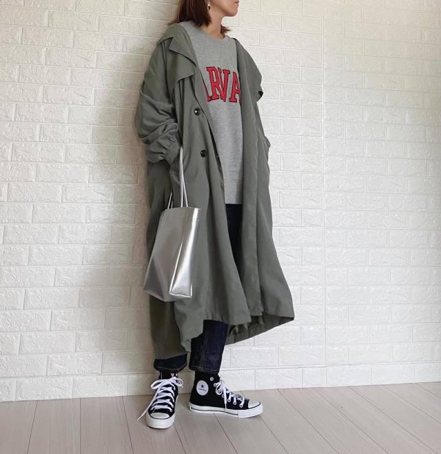 メンズライクな大きめのモッズコートを着た女性
