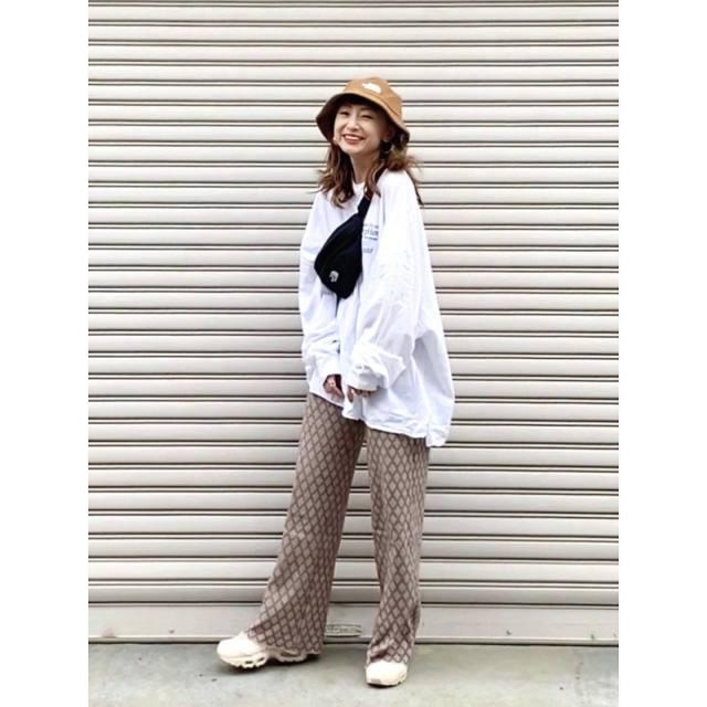 メンズライクなオーバーサイズのスウェットを着た女性