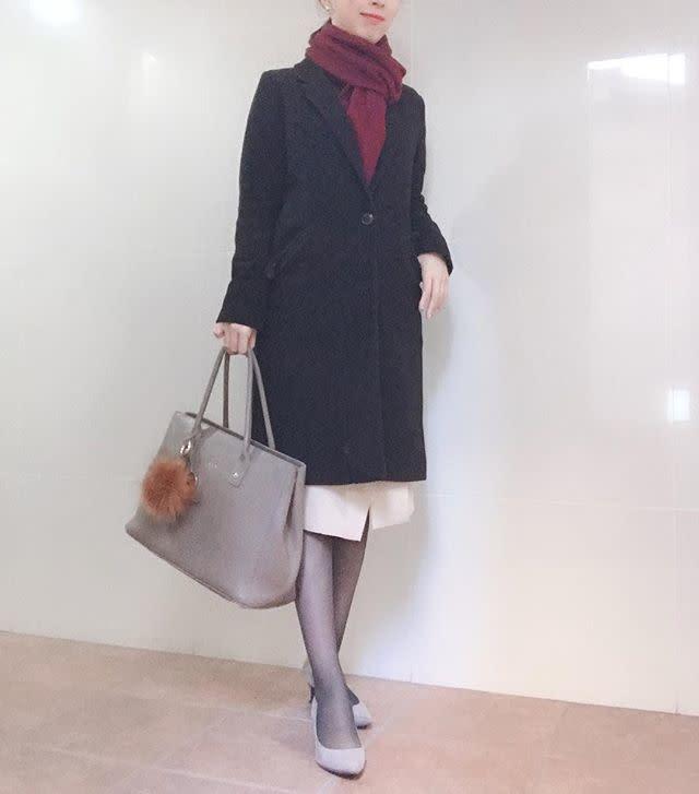 黒のチェスターコートと白のスカートのコーデ