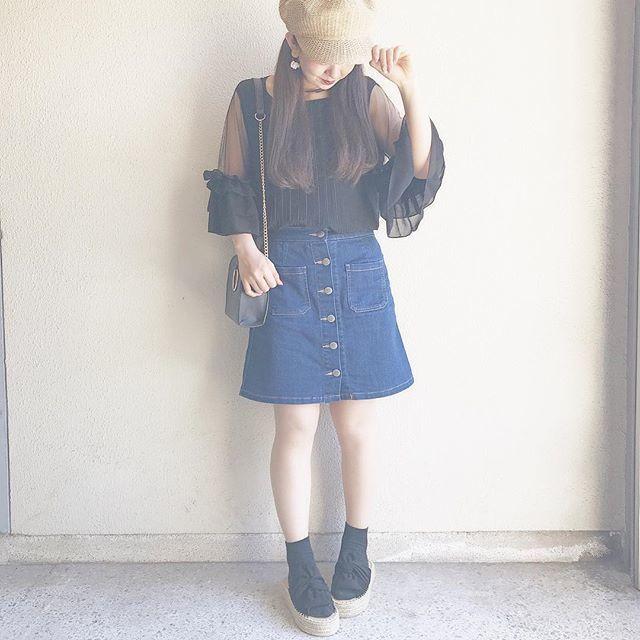 黒の仕方ブラウスにデニムの台形スカートを合わせたコーデ