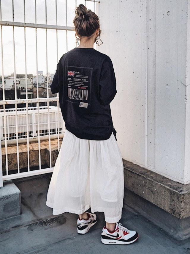 ブラックロゴTシャツとホワイトフレアスカートとエアマックスのコーディネート