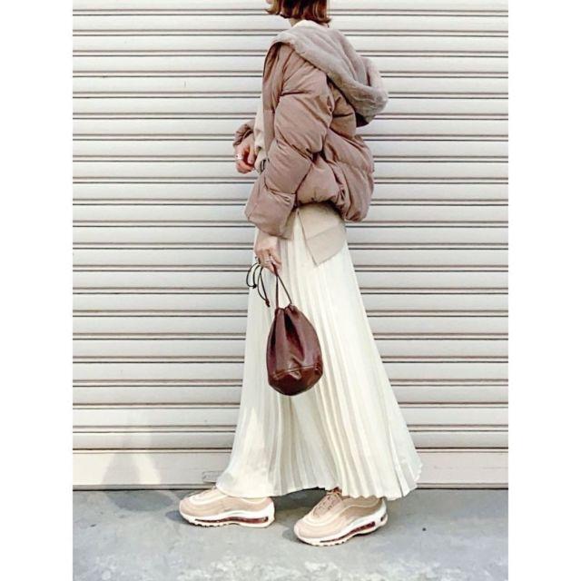 ホワイトスカートとダウンジャケットにホワイトのエアマックスのコーディネート