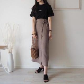 黒Tシャツにハイウエストベージュスカートのコーデ