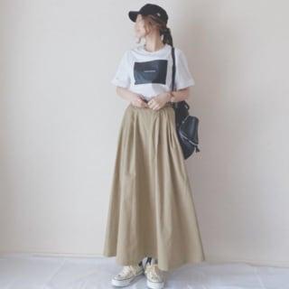 プリントTシャツにベージュフレアスカートのコーデ