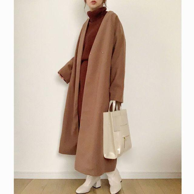 ブラウンのノーカラーロングコートを着た女性
