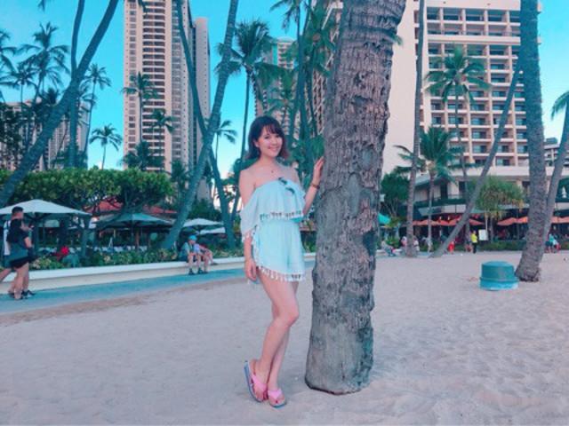リゾートで水色のタンキニ水着の女性