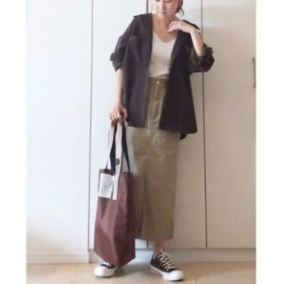 シャツとタイトスカートを着用した女性