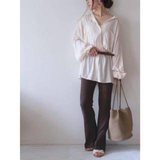 白のジャガーシャツとブラウンのフレアパンツのコーデ