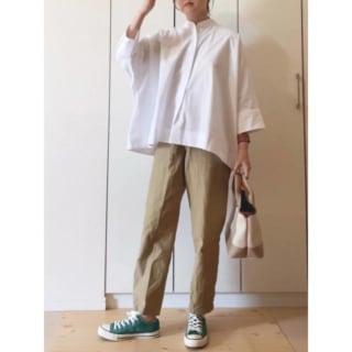 ユニクロのスーピマコットンドルマンスリーブシャツとパンツを着ている女性の写真