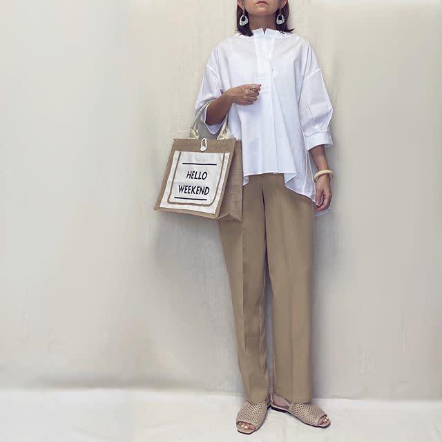 白のシャツにブラウンのパンツを合わせたコーデ
