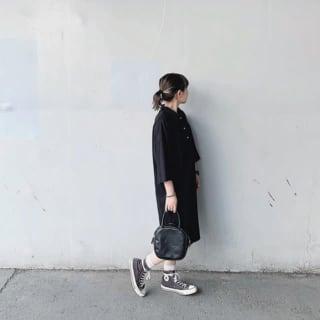 ポロシャツワンピースの女性