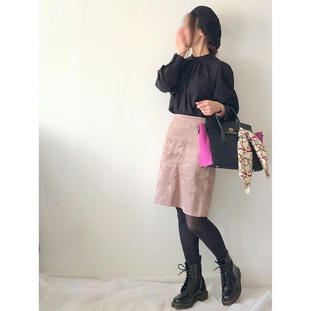 ピンクのタイトスカートと黒のブラウスのコーデ