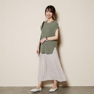 ユニクロのシフォンプリーツロングスカートを着用している女性の写真