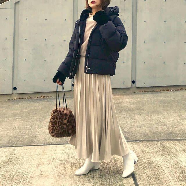 黒のダウンジャケットとベージュのフレアスカートのコーデ