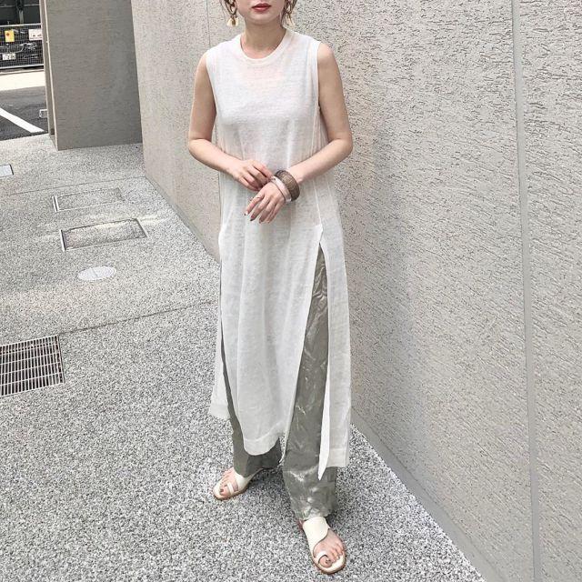 シアーワンピースとサテンパンツを着用した女性