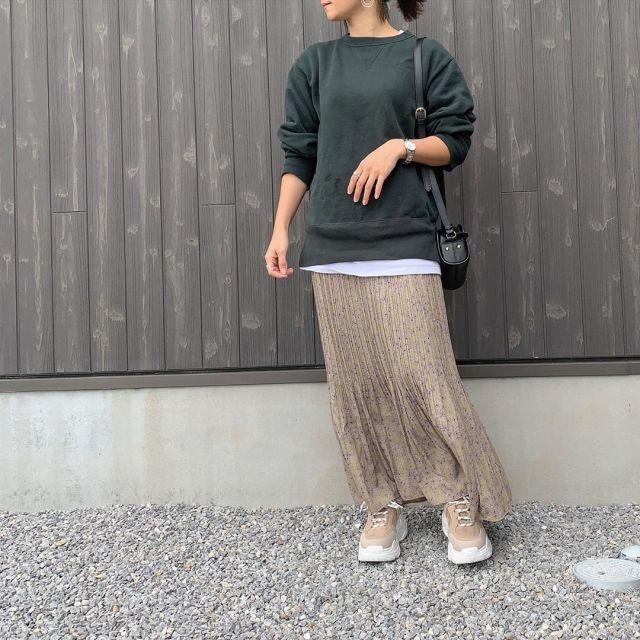 緑スウェットに小花柄のスカートを合わせたコーデ