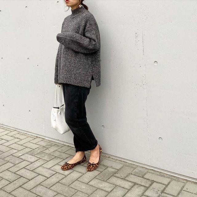 グレーのニットとパンツを着用した女性