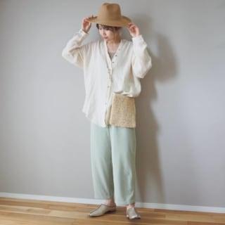 シャツとパンツとストローハットを着用した女性
