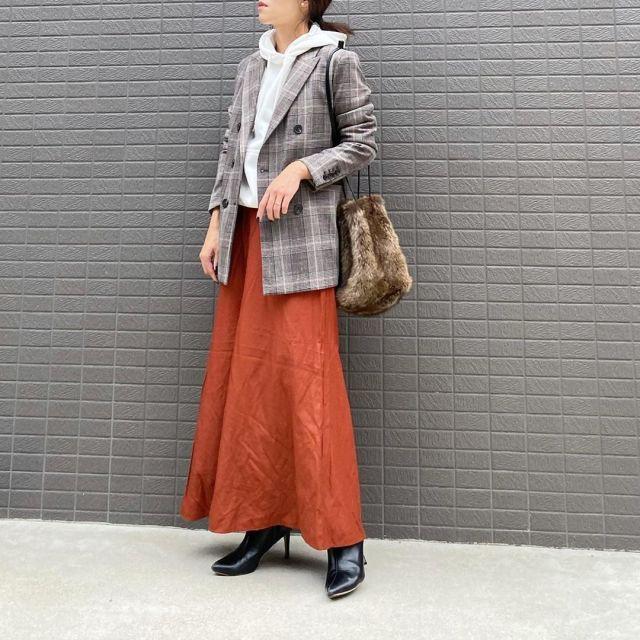グレーのチェックジャケットとオレンジのロングフレアスカートのコーデ
