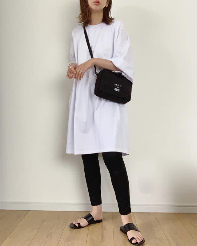 ホワイトビッグTシャツとブラックスキニーのコーデ