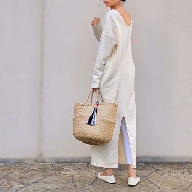白のワンピースとレギンスパンツを着用した女性